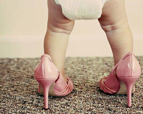 Mettre des chaussures pour bébé