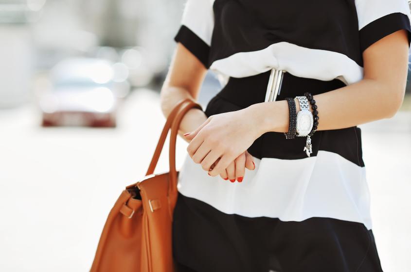 Comment porter son sac à main ? Conseils de l'ostéopathe !