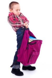 La surchage des cartables des enfants. Souce : mamanpourlavie.com