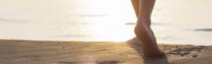 Découvrez les nombreux bienfaits à marcher pieds nus dans le sable